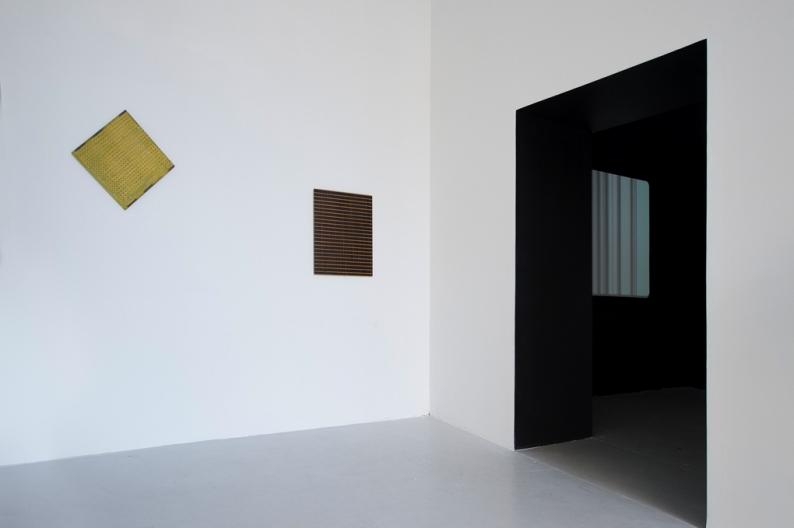 De gauche à droite Øystein Aasan Sans titre 2010 Huile sur bois de placage, 48 x 48 cm OAA No. 72 2010 Huile sur bois de placage, 69 x 58 cm  Jean-Baptiste Maitre Shaped Cinema 2010 Video HD couleur 14', sans son