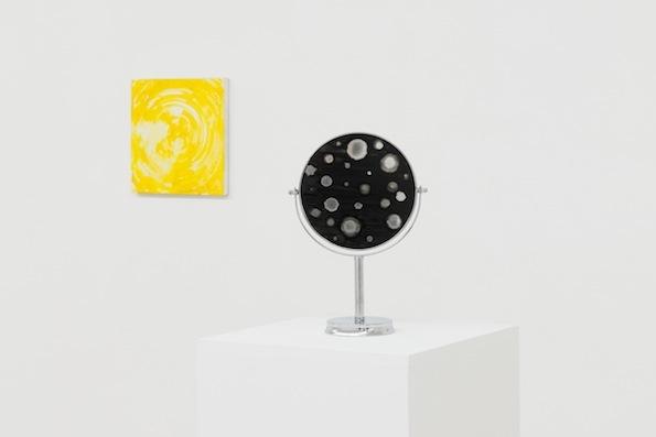 Gauche: Untitled, 1986, encaustique du toile, 30,5 x 30,5 cm. Droite: Observer, 2012, miroir sur pied chromé, peinture émaillée, 35 x 23 x 12 cm ©Bertrand Stofleth / La Salle de bains