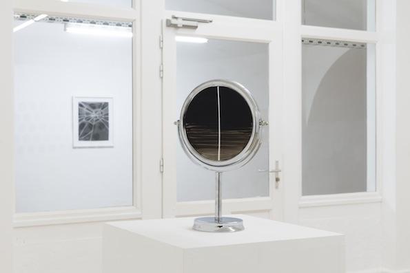 Observer, 2012, miroir sur pied chromé, peinture émaillée, 35 x 23 x 12 cm ©Bertrand Stofleth / La Salle de bains